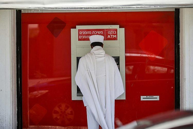 מתפלל מחוץ לכנסייה בלוינסקי. צילום: שלומי יוסף