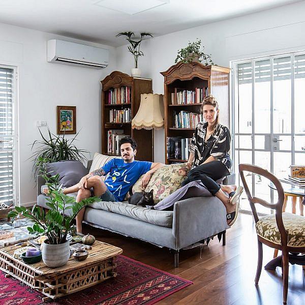 אלה ורועי בדירה שלהם בשכונת התקווה. צילום: הילה עידו