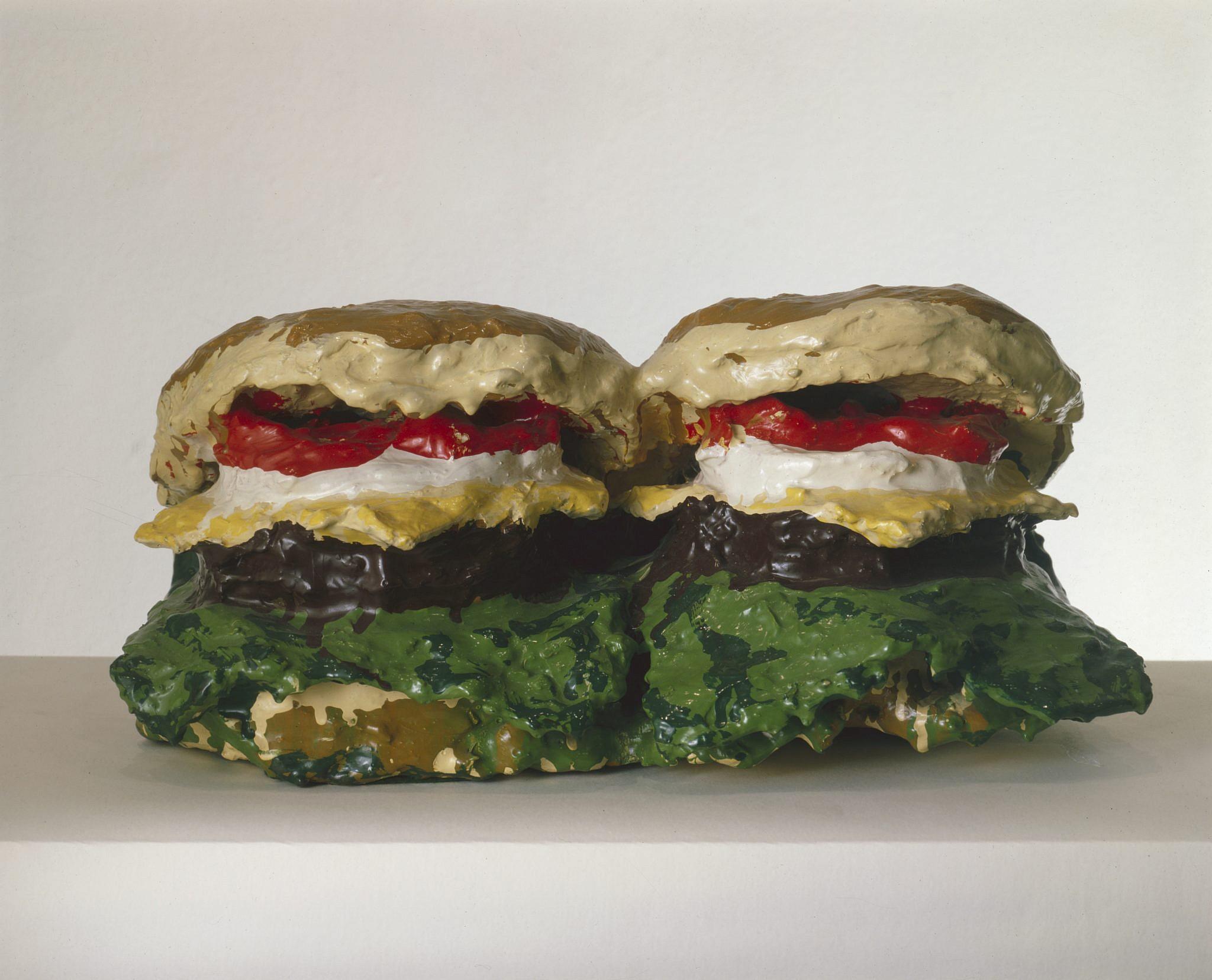 """""""שני צ'יזבורגרים עם כל התוספות"""" של קלאוס אולדנברג (צילום: Getty Images)"""