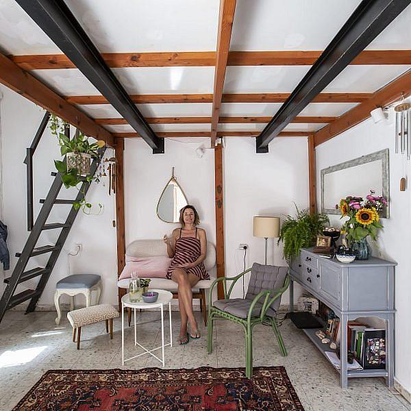 שרה גלב בסלון הדירה (צילום: הילה עידו)