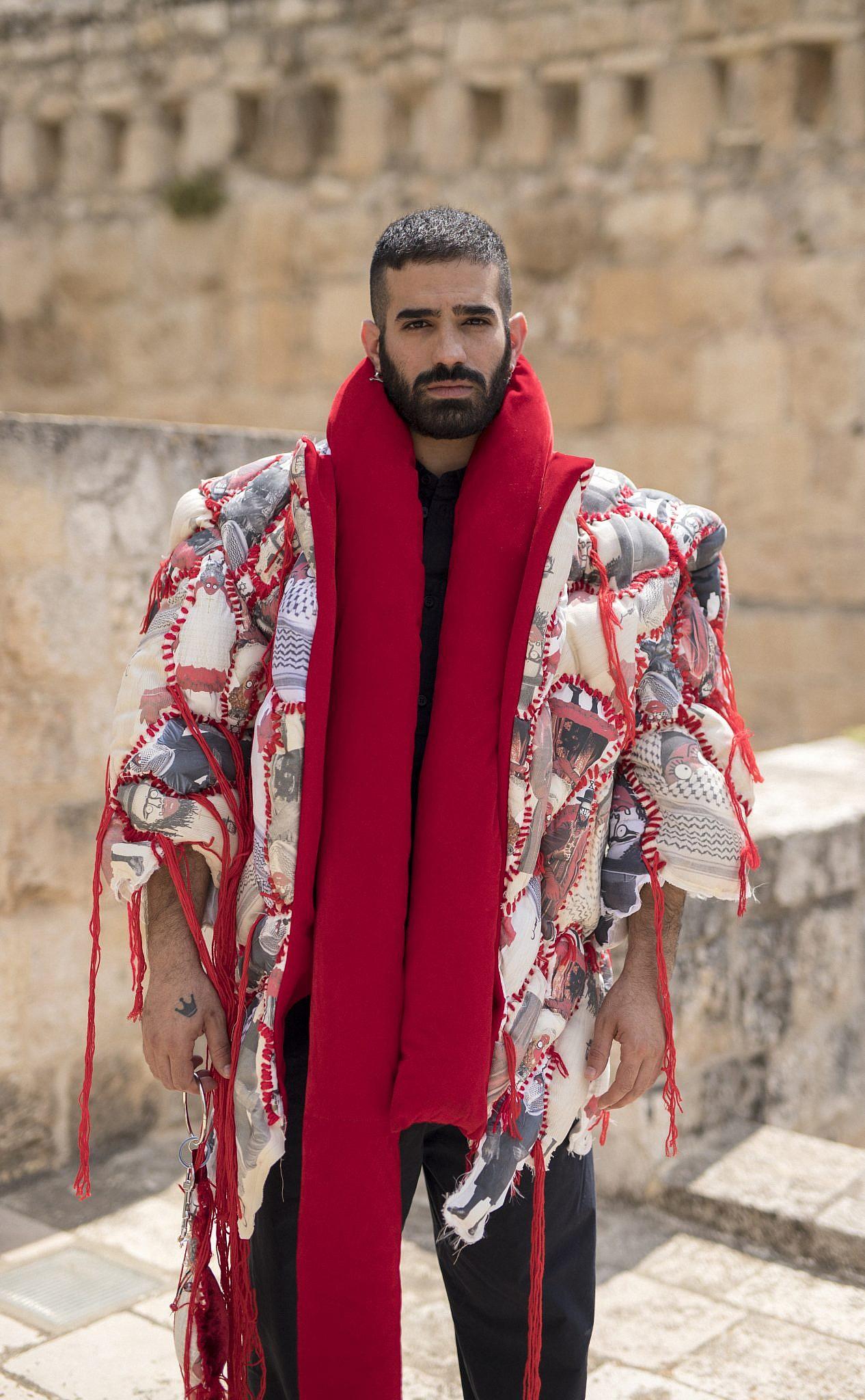 פריט הלבוש שיצרו אהרון גניש ושלומית עמר לקולקטיב OVERALL. צילום: ריקי רחמן