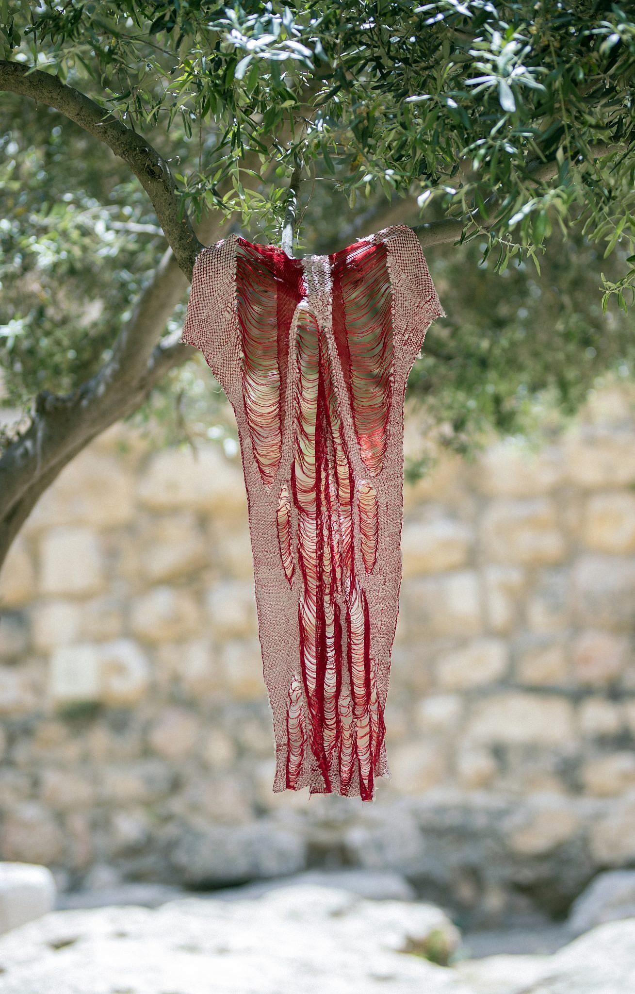 שמלת גוף האדם, חלק מפרוקיט הקולקטיב OVERALL של מוריאל דז'לטי. צילום: ריקי רחמן