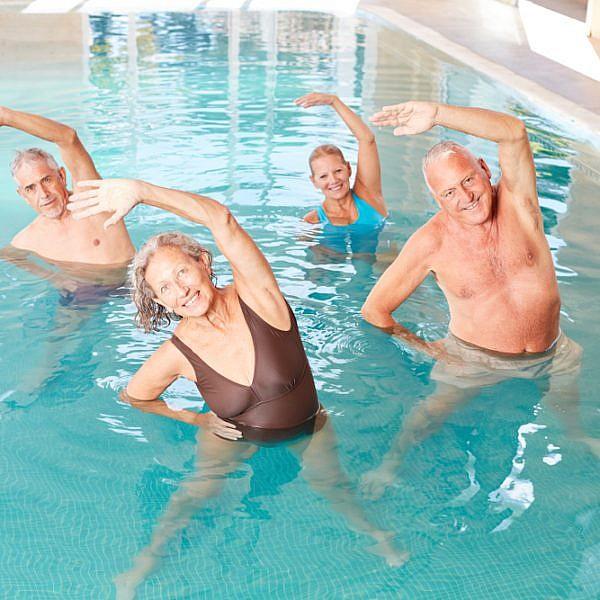 נציגי גיל הזהב בבריכה, גם בלי הנחה (צילום: שאטרסטוק)