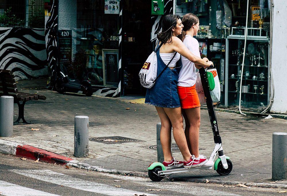 שתיים זה תמיד ביחד? רוכבות על קורקינט חשמלי בתל אביב (צילום: Shutterstock)