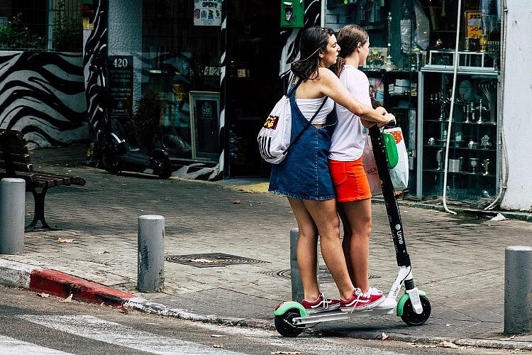 רוכבות על קורקינט חשמלי בתל אביב (צילום: Shutterstock)