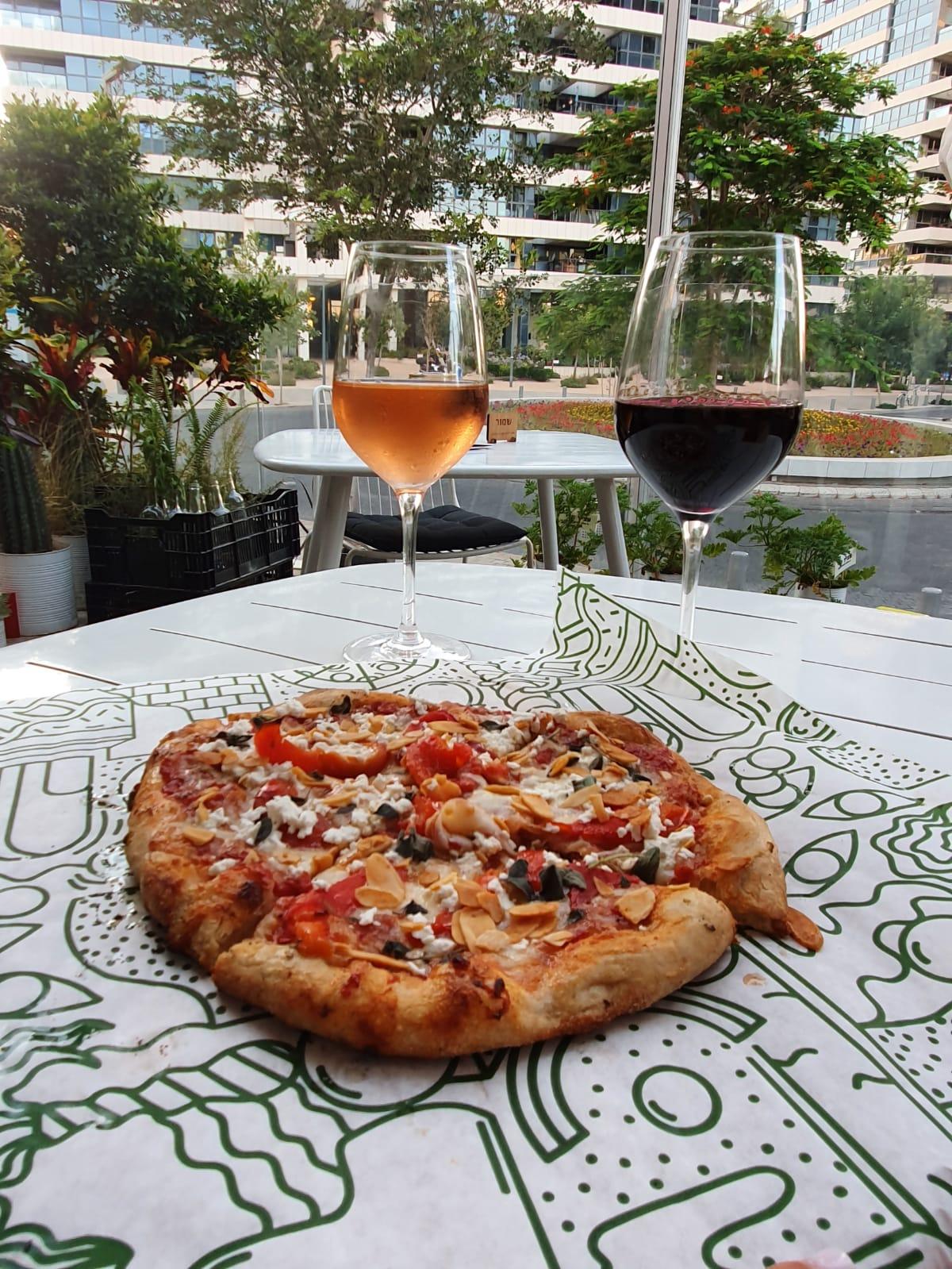 הפיצה של רביבה וסיליה, עכשיו עד הבית. צילום: מיכל אשל ניב