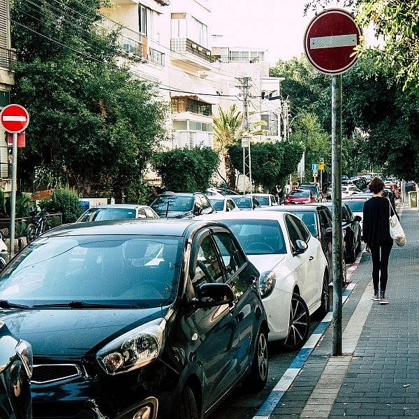 הלאה הפריבילגיות. מכוניות חונות בכחול לבן בתל אביב (צילום: Shutterstock)