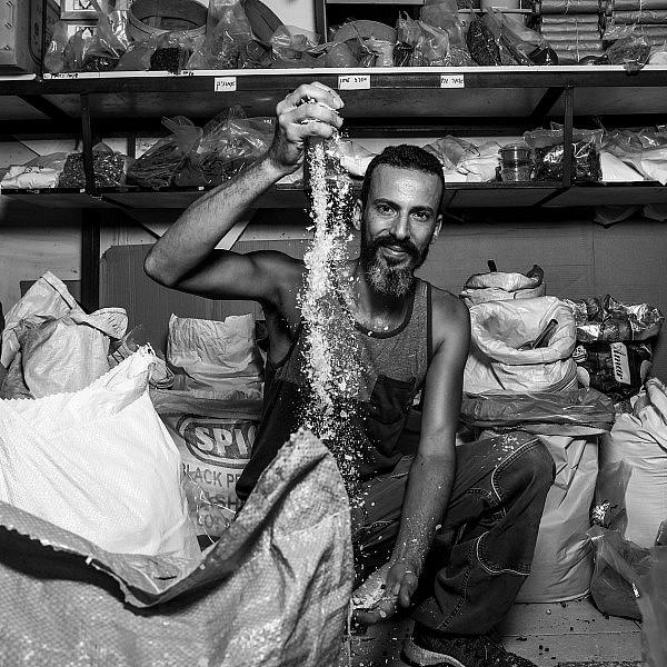 אורי חבשוש בחנות התבלינים (צילום: שלומי יוסף)