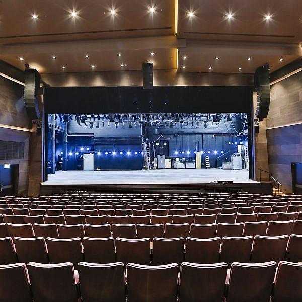 כל כך התגעגענו. האולם הגדול של תיאטרון בית ליסין (צילום: גיא יחיאלי)
