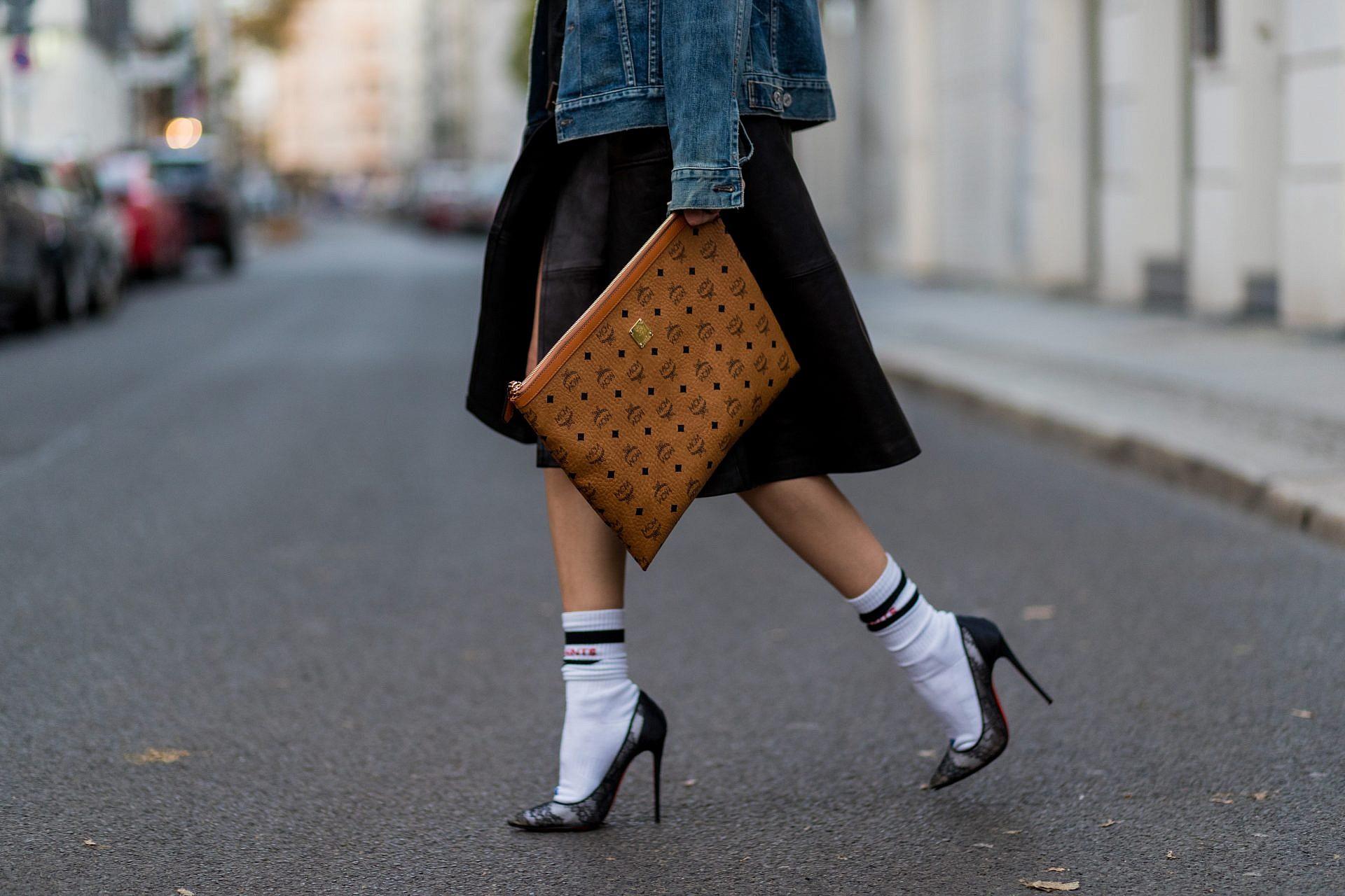VETEMENS: גרבי ספורט עם נעלי עקב וחצאית. צילום: GettyImages