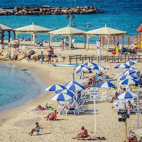 משתזפים בחוף הים של תל אביב (צילום: Shutterstock)