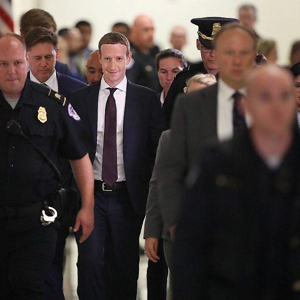 צוקרברג בדרכו לשימוע בקונגרס. אימפריה אפלה  צילום: Getty Images
