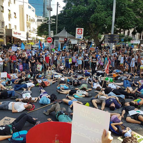 בני נוער במחאת אקלים בתל אביב (צילום: מגמה ירוקה)
