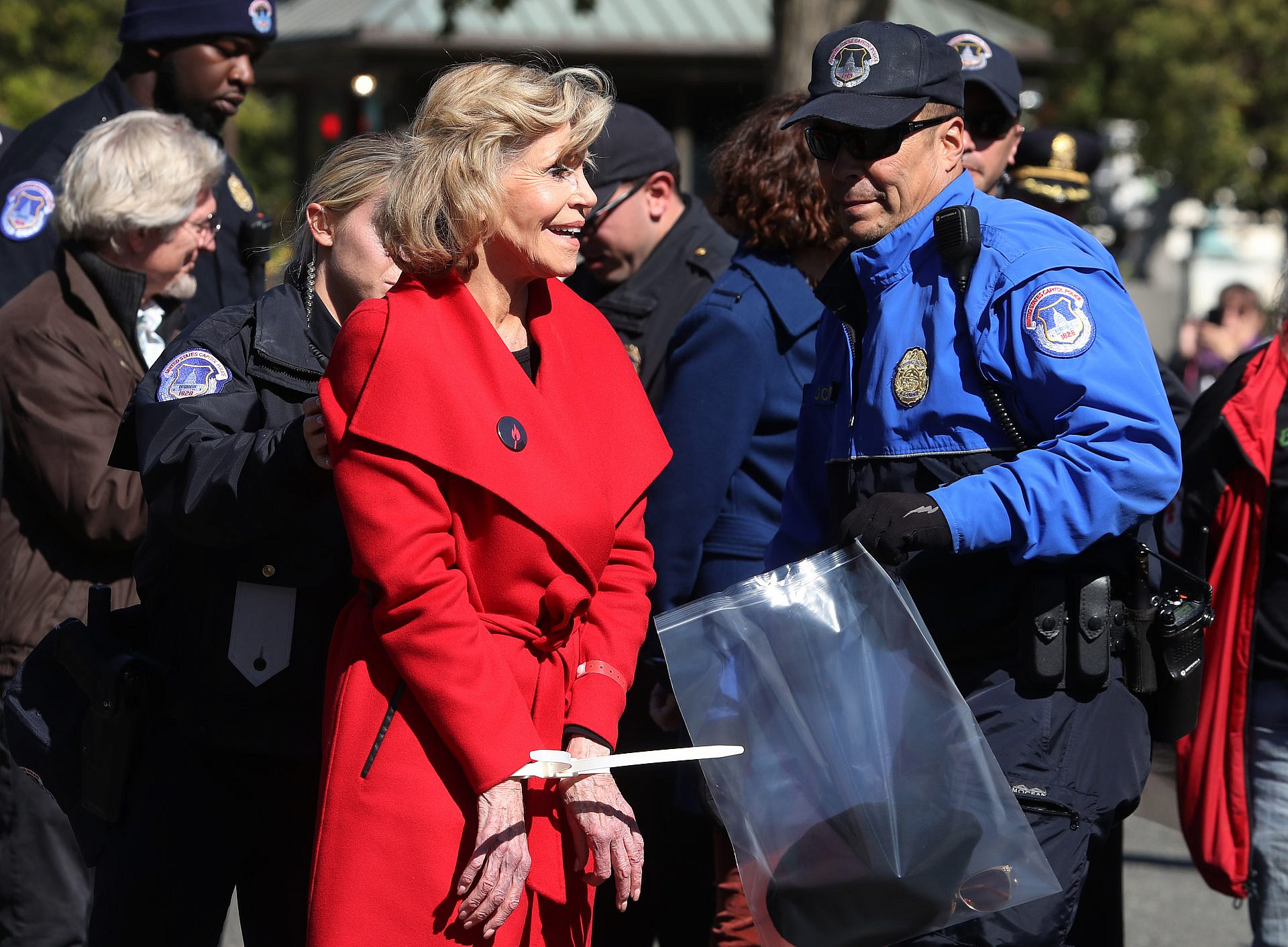 """""""זה הדבר האחרון שאני אקנה"""". ג'יין פונדה, המעיל האדום ואקססורי של אזיקונים קלאסיים (צילום: גטי אימג'ס)"""