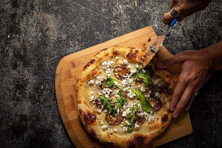 הפיצה הלבנה של טום אביב. צילום: שני בריל