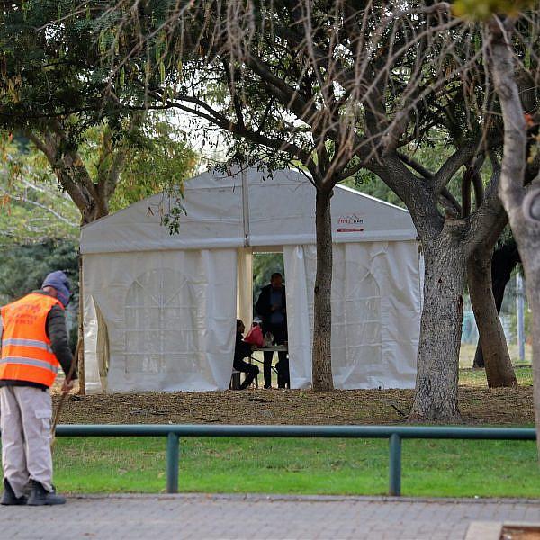 למה לא בתחנה המרכזית? אוהל הגמילה בקריית שלום (צילום: שלומי יוסף)