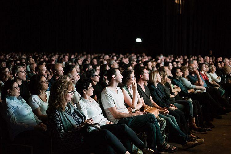הקהל באירוע שנערך בשנה שעברה בהאנגר 11. חדי העין יבחינו בדמותו המטושטשת של אהוד ברק