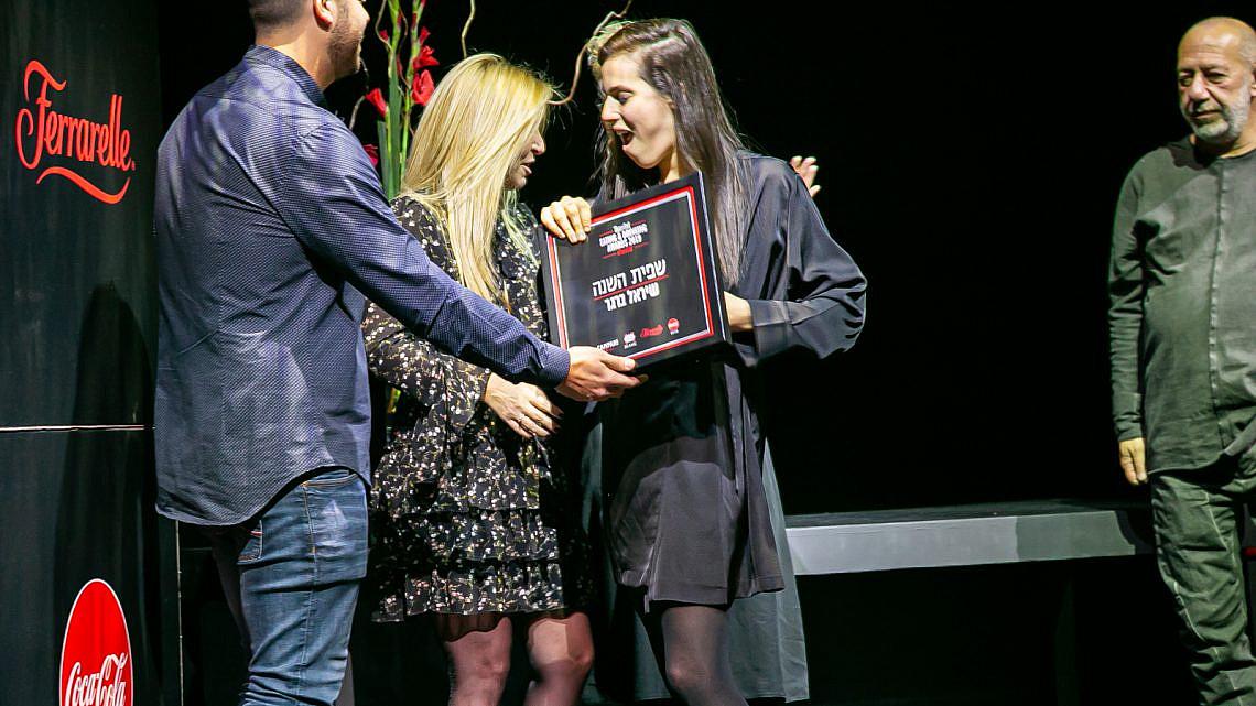 ברגר מקבלת את הפרס (צילום: דני גולן)