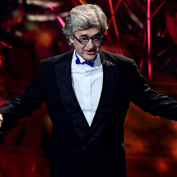 וים ונדרס בטקס פרסי הקולנוע האירופאי בברלין, 2019 (צילום: by Clemens Bilan - Pool/Getty Images)
