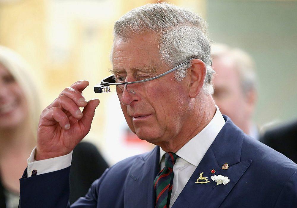 שפחות הצליחו. הנסיך צ'ארלס עם גוגל גלאס (צילום: Getty Images)