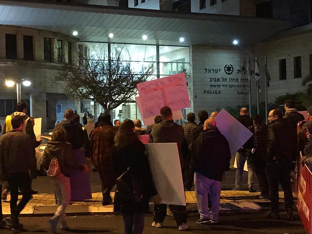 """""""קרמליך, בוא"""". המפגינים מול תחנת המשטרה בדרך סלמה"""
