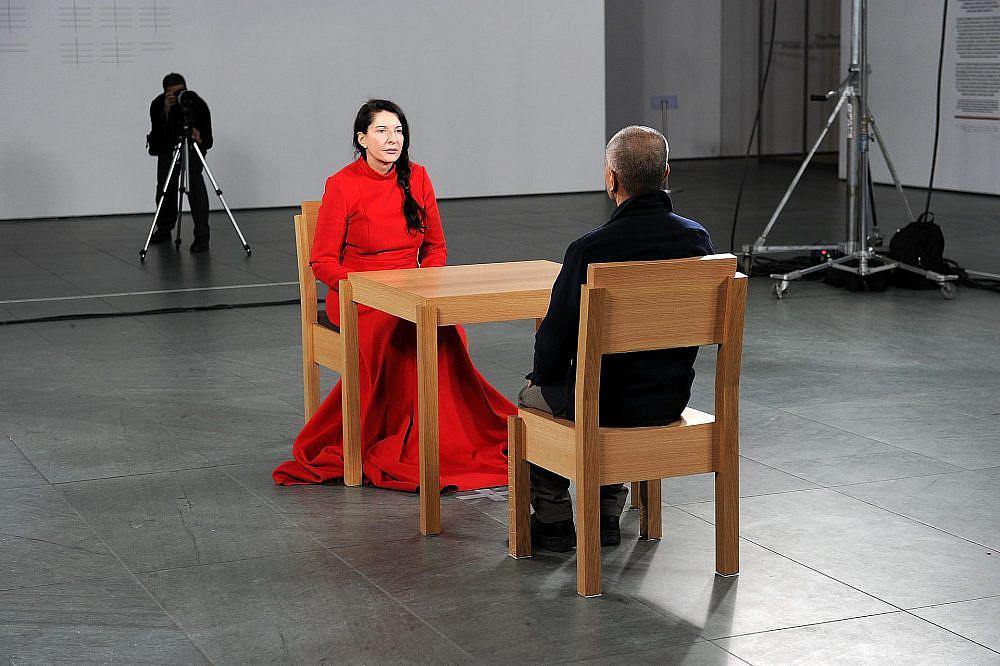 """אתם יושבים? מתוך """"האמנית נוכחת"""" של מרינה אברמוביץ' (צילום: GettyImages)"""