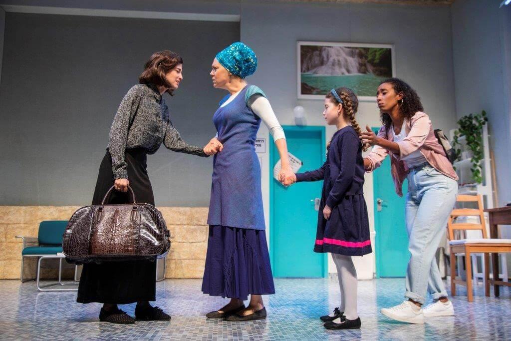 """""""הפחידו אותי שמי שיעשה רעש לא יעבוד יותר בתיאטרון"""". ההצגה """"מקווה"""" (צילום: הבימה)"""