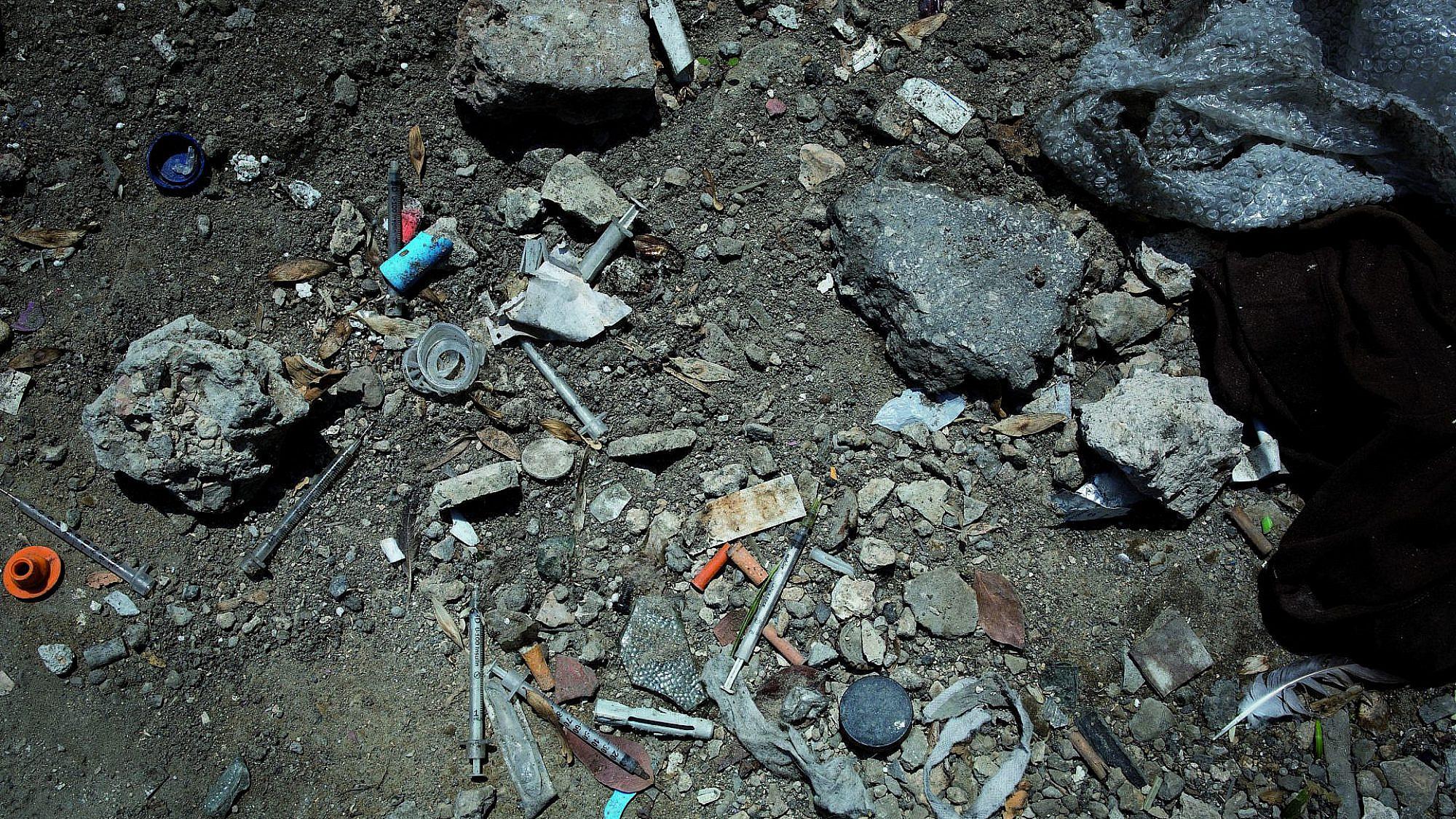 נפגעי סמים וזנות מציפים את שכונות הדרום. מזרקים בנווה שאנן (צילום: טלי מאייר)