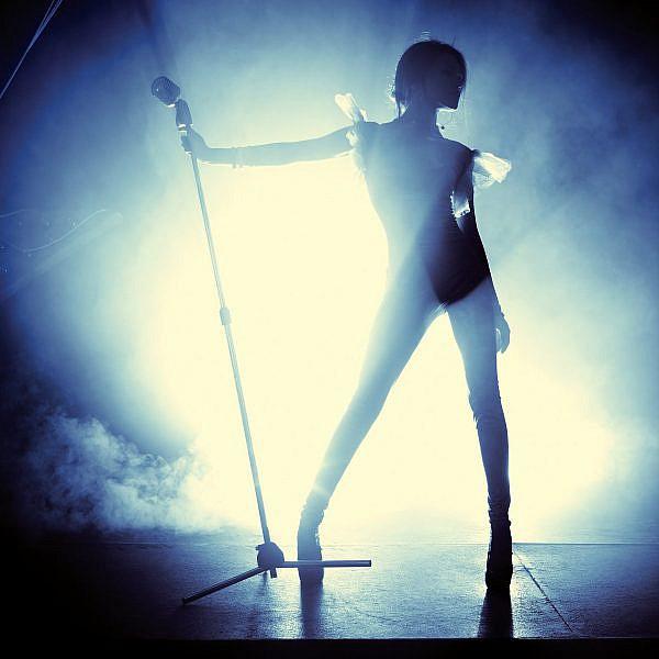 זמרת בהופעה. צילום: Shutterstock