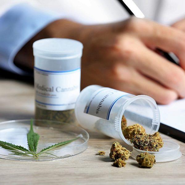 בג״ץ על תקן גיבור-על, משרד הבריאות בתפקיד הנבל. קנאביס רפואי (צילום: Shutterstock)