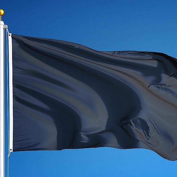 כמה קל להתרגל לגזענות ובריונות. דגל שחור נגד הכהניזם (צילום: שאטרסטוק)