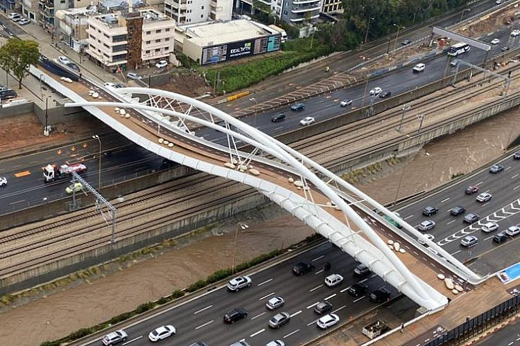 קדימה, צעד. גשר יהודית