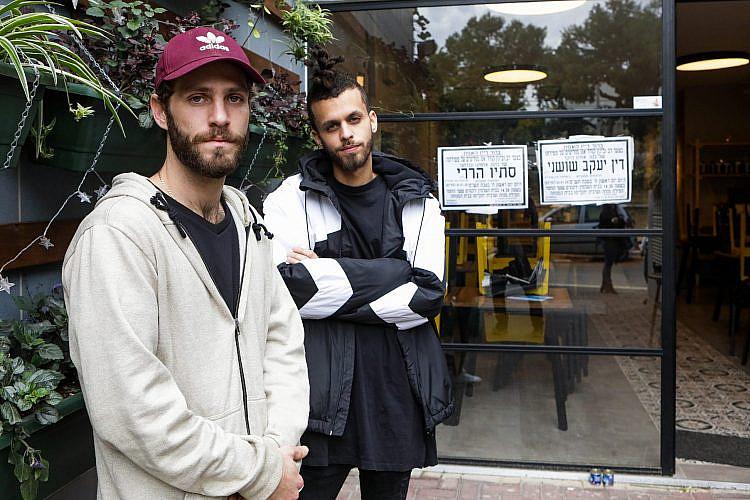 דביר בסינו וטדי רוזנבאום, חבריו ושותפיו של דין, במנצ'וק (צילום: שלומי יוסף)