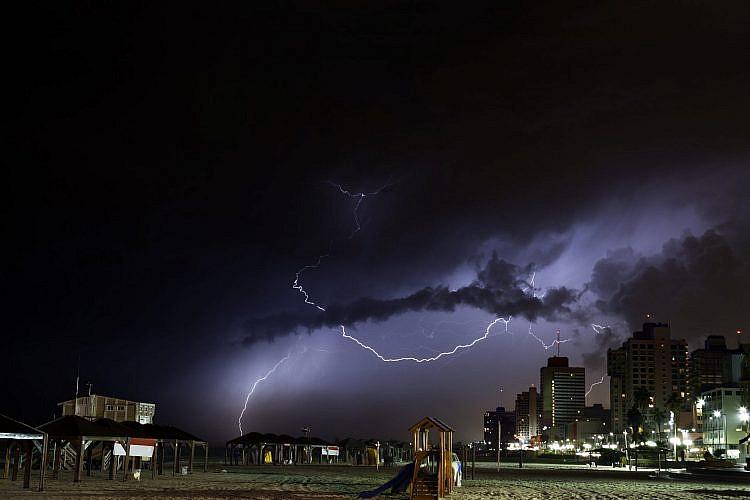 שתעבור בשלום הפעם. סערה מעל תל אביב (צילום: Shutterstock)