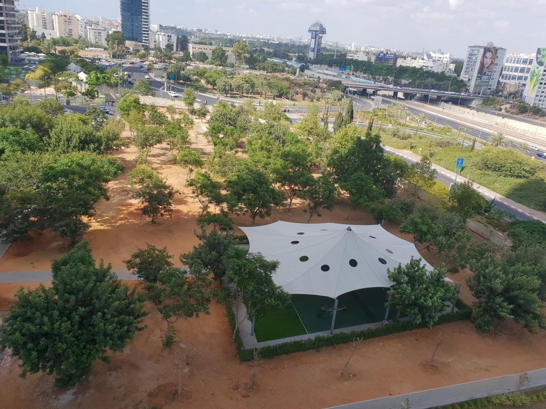 """העירייה: """"זה לא שטח ירוק, זה שטח חום"""". חלקת המריבה שתיהרס לטובת מתחם חינוך (צילום: יקי אופיר)"""