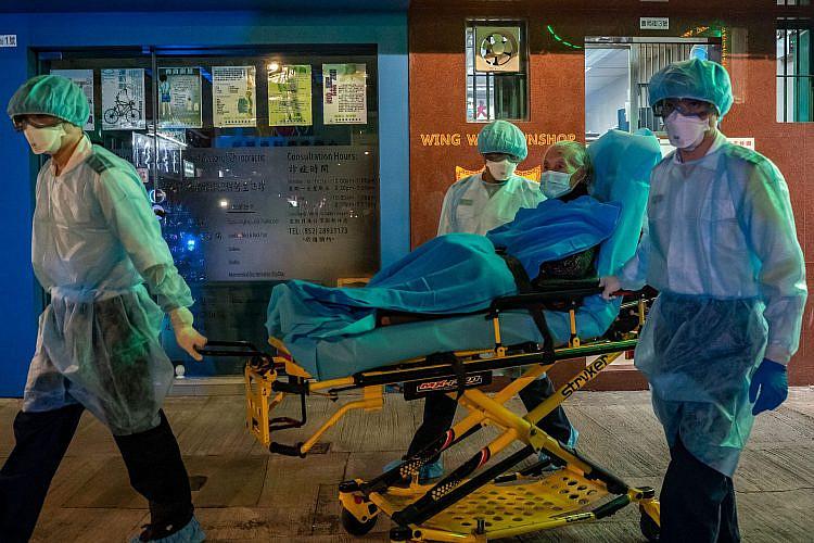 פרמדיקים בהונג קונג מפנים חולה, פברואר 2020 (צילום: Getty Images)