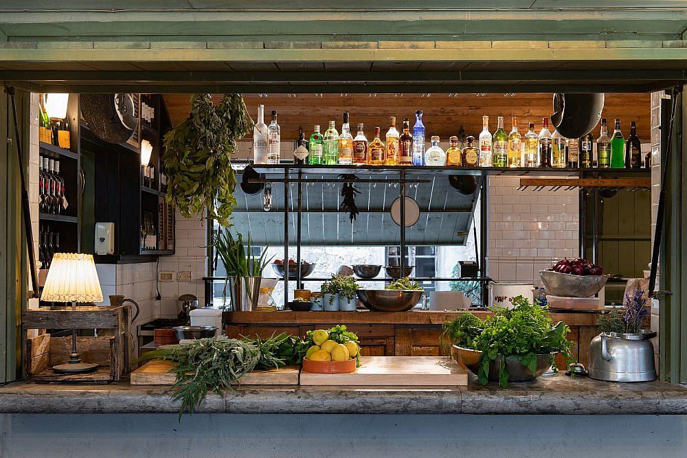 מסעדה בתוך מסעדה. עזרא קדם בויקי כריסטינה (צילום: אילן נחום)