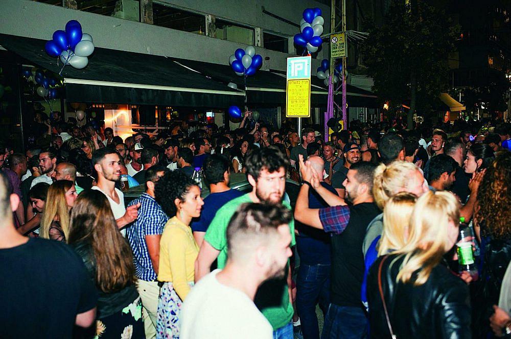 הכי כיף בעולם. מסיבת רחוב מחוץ לשפגאט (צילום: דולב אלרון)