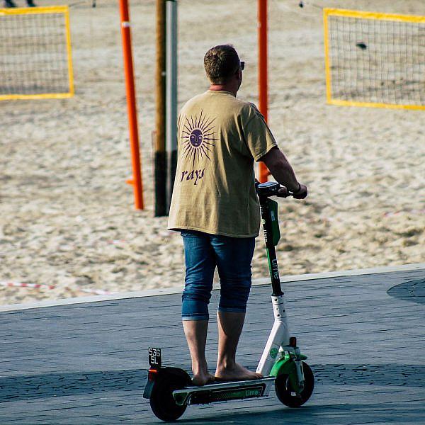 לאט לאט. רוכב קורקינט בטיילת (צילום: Shutterstock)