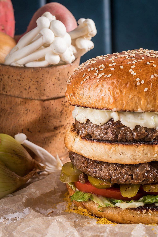 בחברה טובה: הבורגר של גודנס בעשירייה הראשונה (צילום: יהונתן בן חיים)