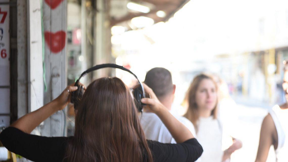 הסוד הפרטי שלכם ושל תל אביב. סיורי האודיו של אלכס לרנר ואור מצא (צילום: בן מצא)