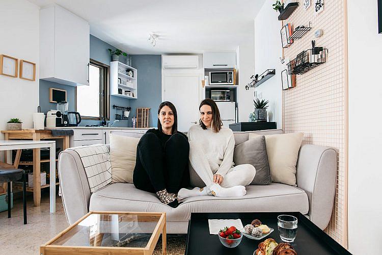 שחורות-לבנות בצבעים. הסלון של דנה דגן ושירה ממן (צילום: אור עדני)