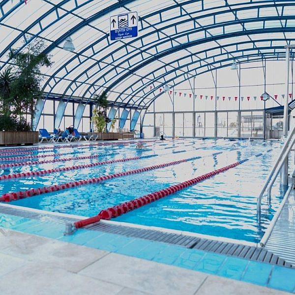 מקום שהיה כמו בית שני עבור קהילה עירונית גדולה. הבריכה בדיזנגוף סנטר (צילום: יוסי לזרוף)