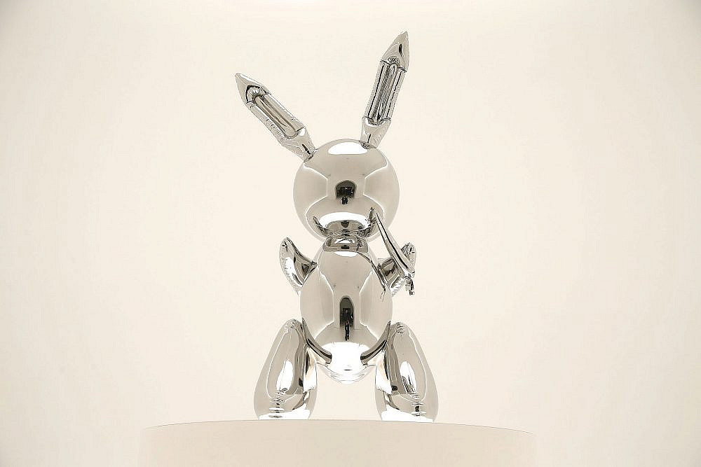 """הפסל """"ארנב"""" האייקוני של ג'ף קונס. שבר שיא במכירה"""