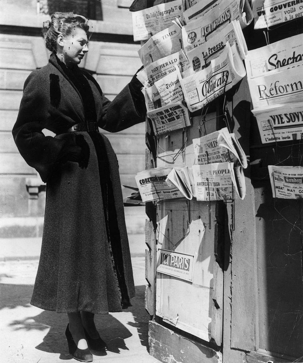 אישה במעיל שעיצב כריסטיאן דיור, 1947 (צילום: Hulton Archive/Getty Images)