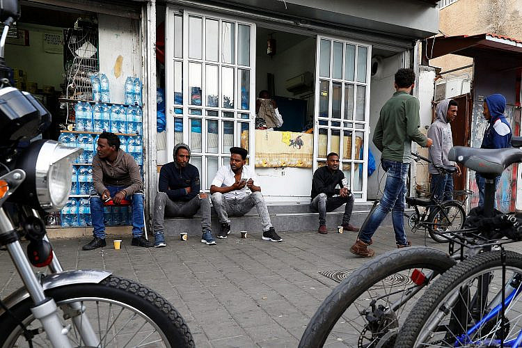 אלפי אנשים נותרו ביום אחד ללא פרנסה. מבקשי מקלט בנווה שאנן (צילום: גטי אימג'ס)