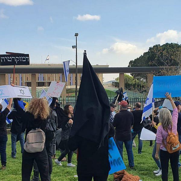 לא מפסיקים להפגין למען הדמוקרטיה. מחאת הדגל השחור, היום בכנסת (צילום: קורהה יובל איטח)