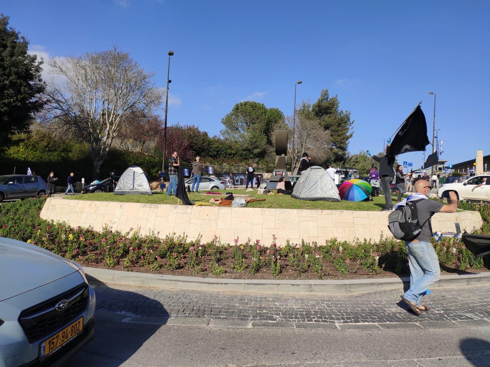 איפה דפני ליף? אוהלים ראשונים במחאת הדגל השחור בכנסת (צילום: אבי בוזגלו)