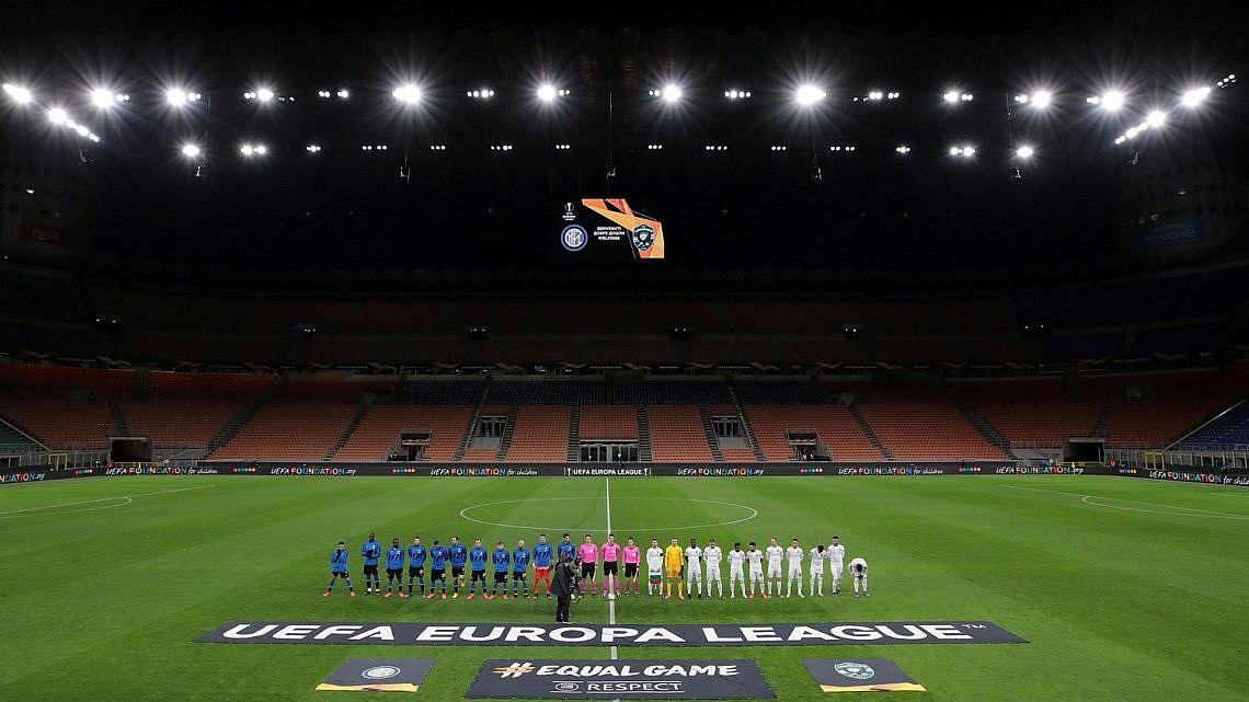 מגרש כדורגל במילאנו ריק מאדם בשל הקורונה (צילום מסך מאתר האטלנטיק, צילום: Emilio Andreol / Reuters)