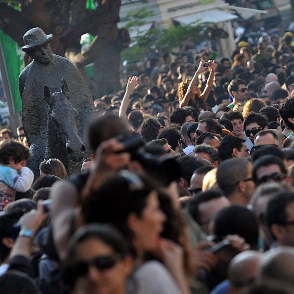 לרקוד בבית ולדמיין שזאת תל אביב. מסיבת רחוב ברוטשילד (צילום: גטי אימג'ס)